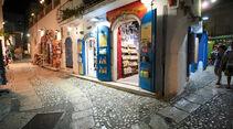 Fußgängerzone in Peschici mit kleinen Läden.