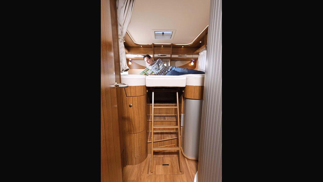 Gang zwischen den Einzelbetten lässt sich komplett zubauen und mit einer ausziehbaren Leiter erklettern beim Hymer B 678 Premium Line