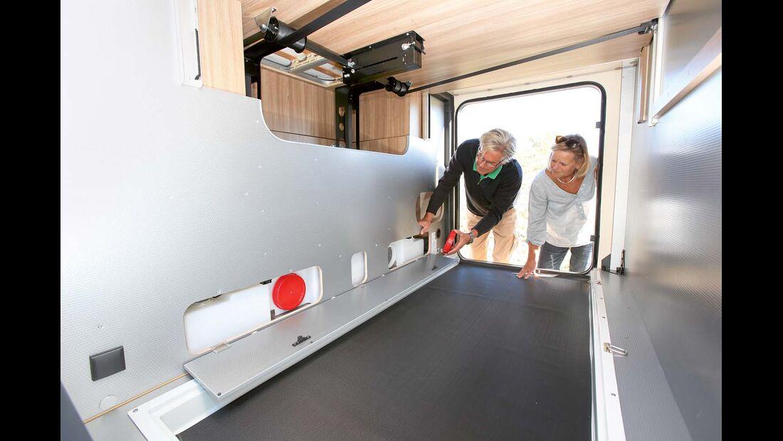 Garage mit Frischwassertank-Zugang beim Rapido 8080 dF