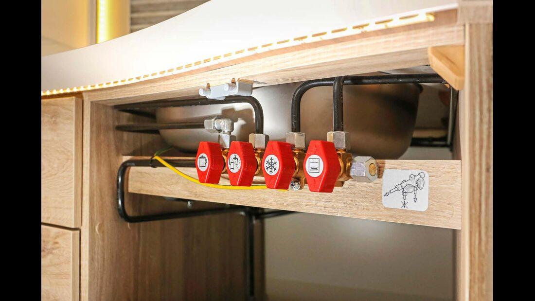 Gas-Absperrventile in der Küche gut zugänglich montiert im Eura Mobil Integra Line 730 EB