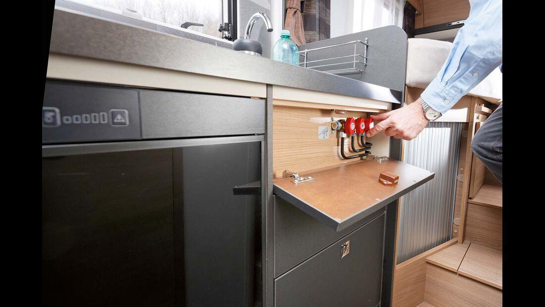Gasabsperrhähne hinter der obersten Blende an der Küche bequem erreichbar beim Adria Compact
