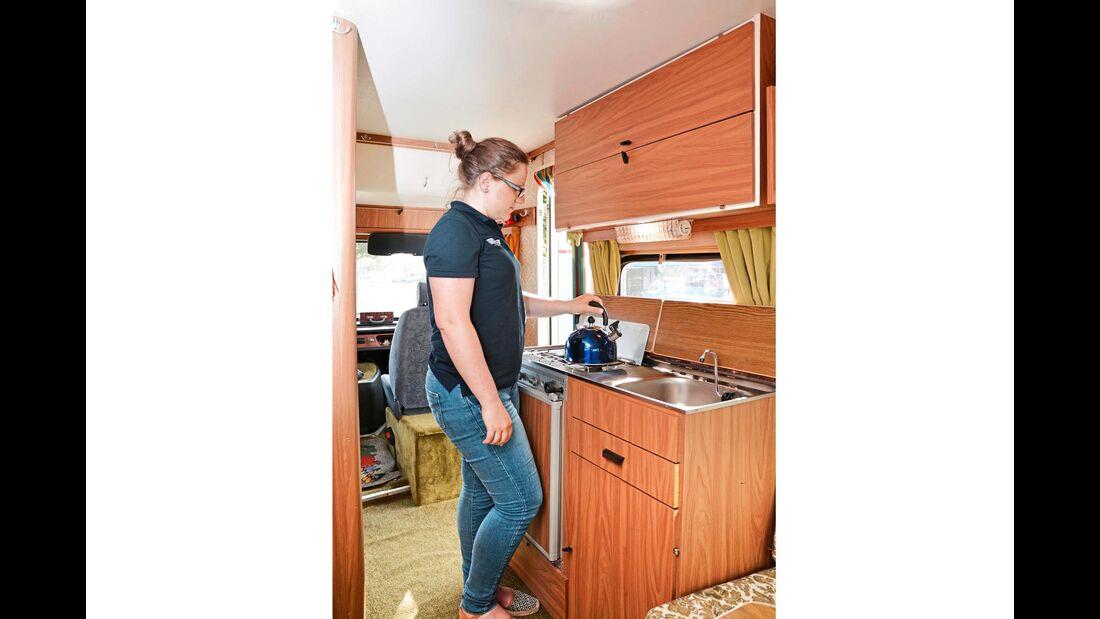 Gasherd, Spülbecken und Kühlschrank bilden die Küche.