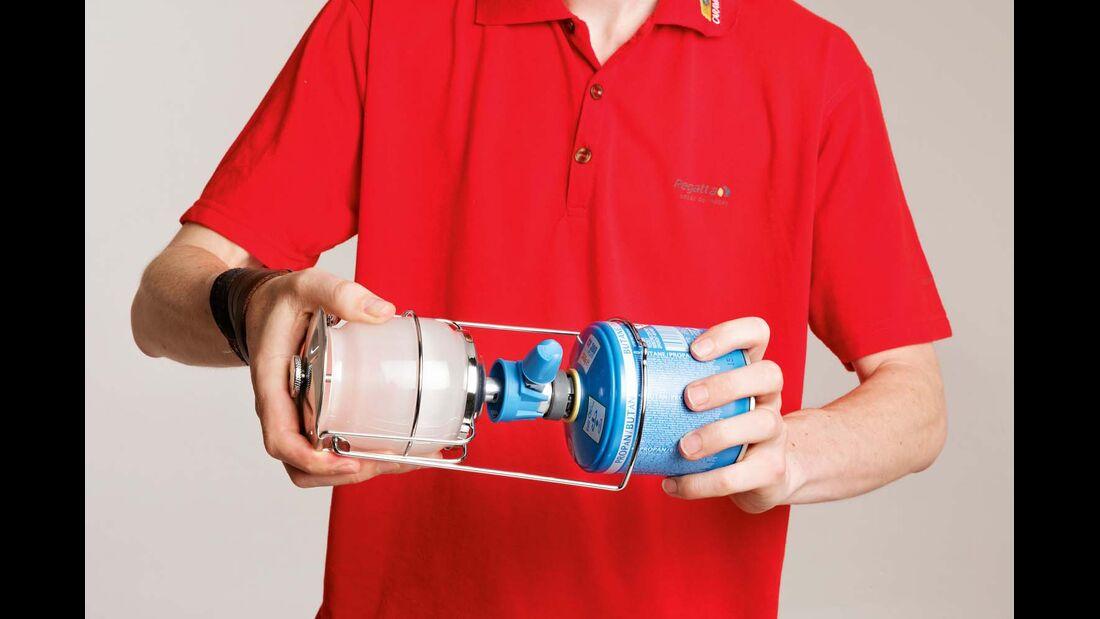 Gaslampe und Kartusche von Campingaz werden ineinandergesteckt