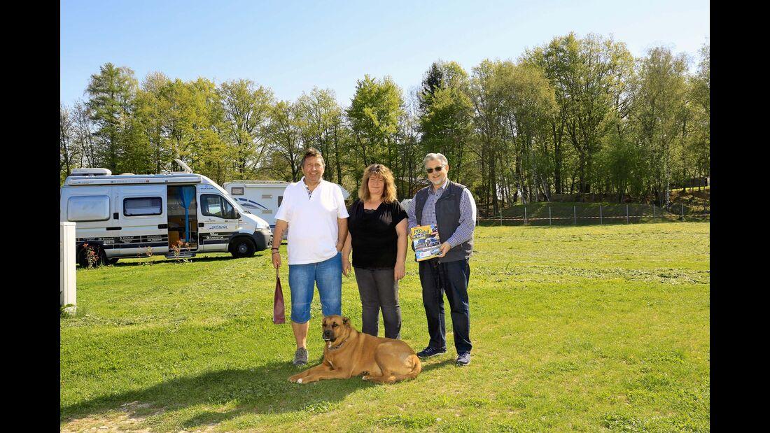 Gastgeber Thei und Silke Scherner mit Hund Leopold und Bürgermeister Mathias Haas