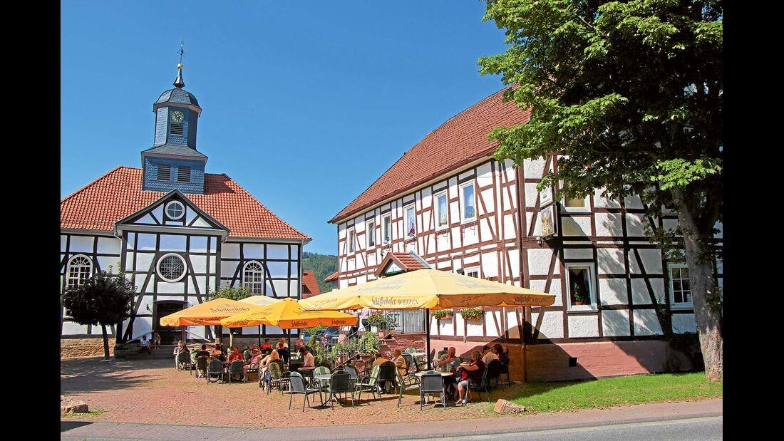 Gasthaus im Fachwerkstil und Kirche im Zentrum von Gieselwerder
