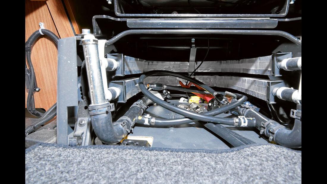 Gebogene Konvektoren in der Sitzkonsole waermen das Cockpit.