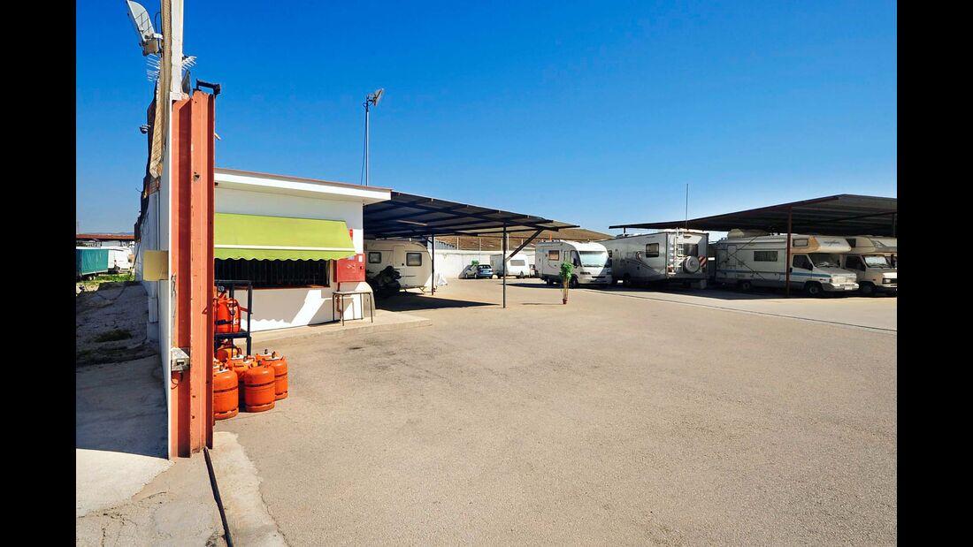 Gebührenpflichtiger Stellplatz für 200 Mobile auf dem Gelände eines Caravaning-Handelsbetriebs.