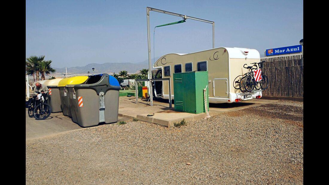Gebührenpflichtiger Stellplatz für 25 Mobile vor dem Camping Mar Azul.