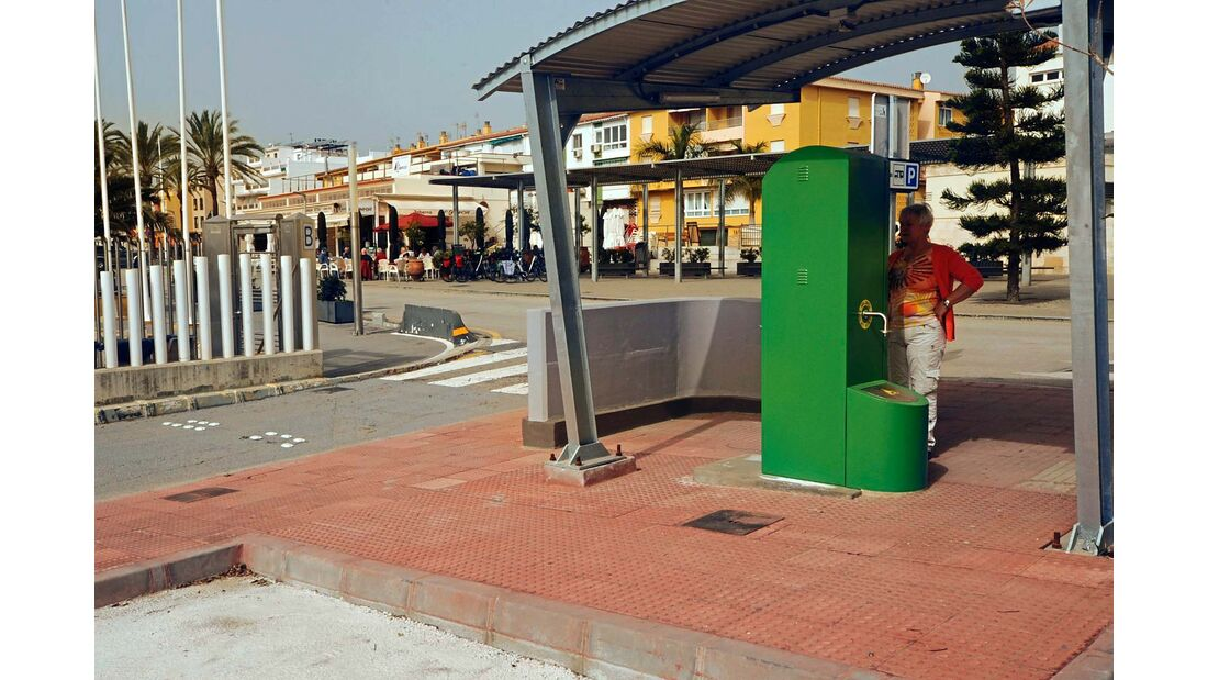 Gebührenpflichtiger Stellplatz für 33 Mobile im Yachthafen direkt am Meer.