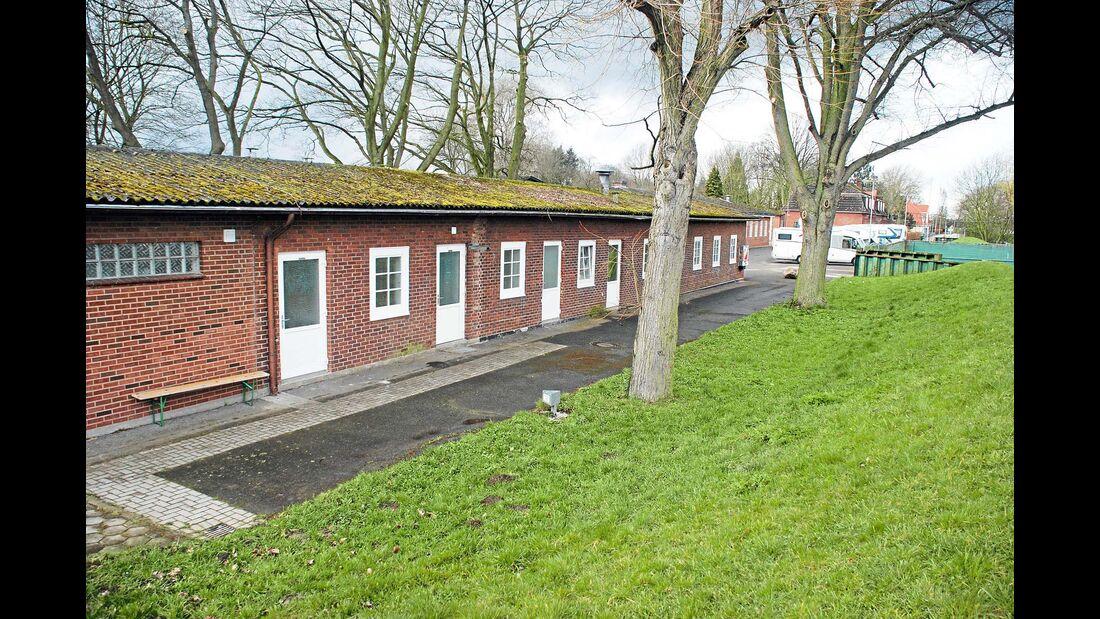Gebührenpflichtiger Stellplatz für 80 Mobile in einem Park auf der Landspitze zwischen Norderelbe und Süderelbe.