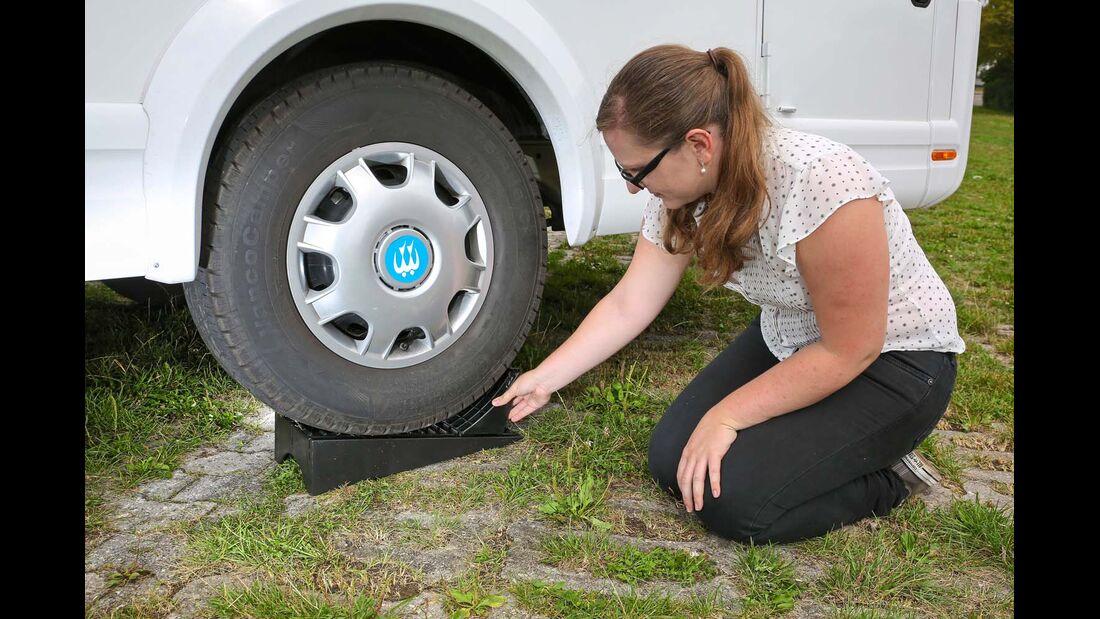 Gerät das Fahrzeug beim Einsetzen des Keils ins Rollen, kommen die Finger schnell unter die Reifen.