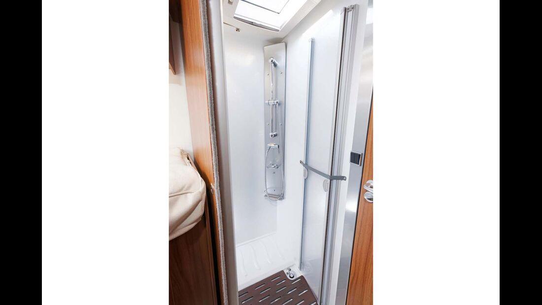 Geräumige Duschkabine, ohne störenden Radkasten.