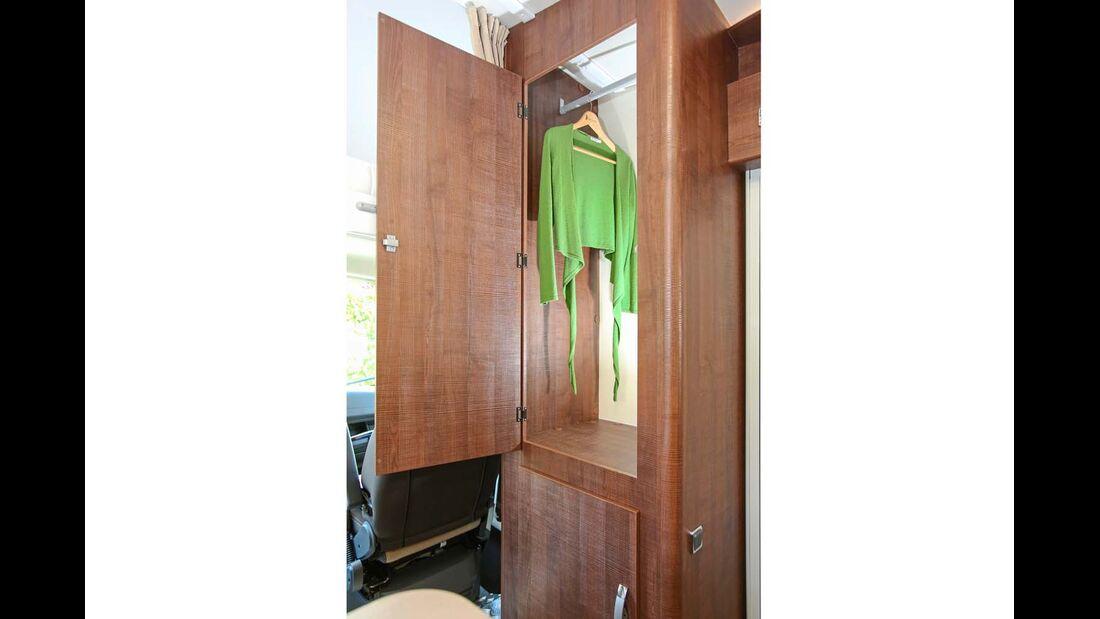 Geräumiger Kleiderschrank neben der Tür.