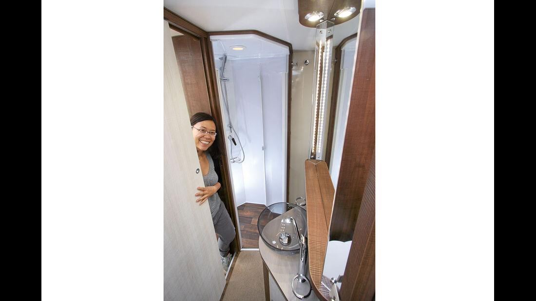 Geraeumiges Badezimmer über die ganze Breite.