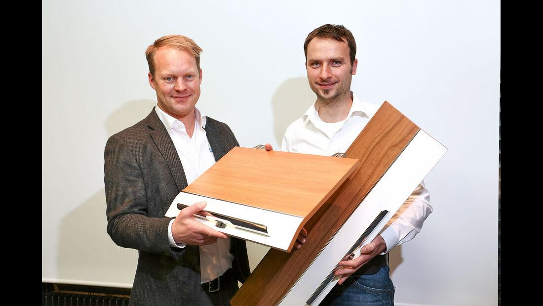 Geschäftsbereichsleiter Berg und Produktmanager Wingart präsentieren erste Möbeldekore des neuen Reisemobils.