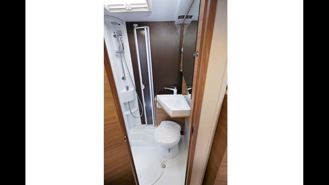 Geschickte Raumausnutzung im Bad. Das Waschbecken lässt sich wegklappen beim Adria Compact
