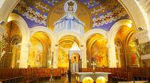 Glanzvoller Innenraum der Rosenkranz-Basilika, überwölbt von monumentalem Marien-Mosaik.