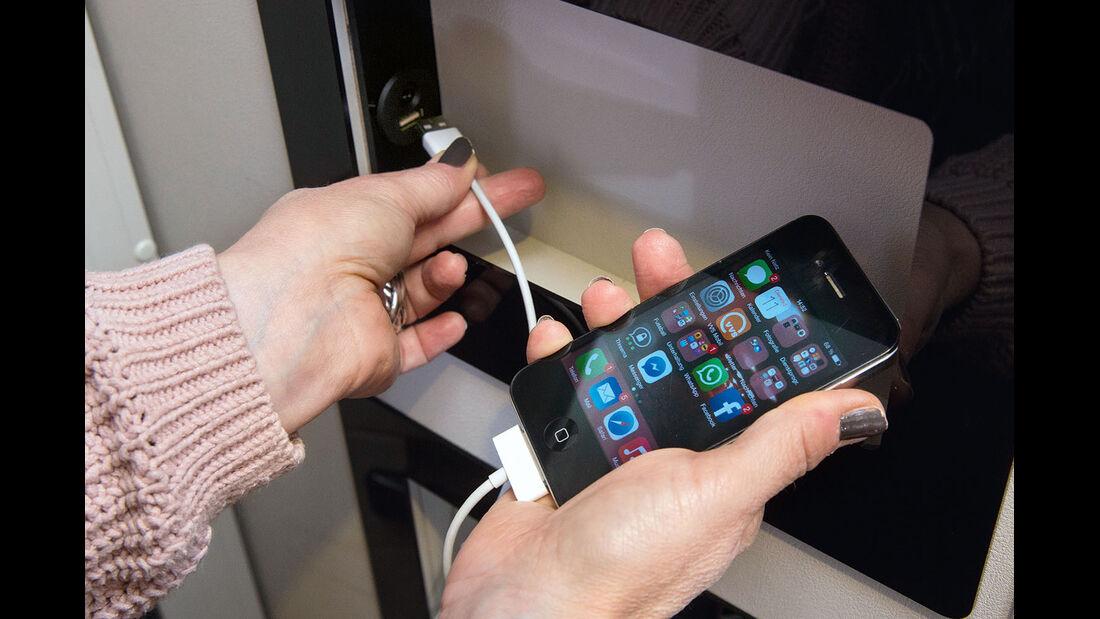 Gleich im Einstieg finden sich Ablagen und eine USB-Ladebuchse für Smartphones.