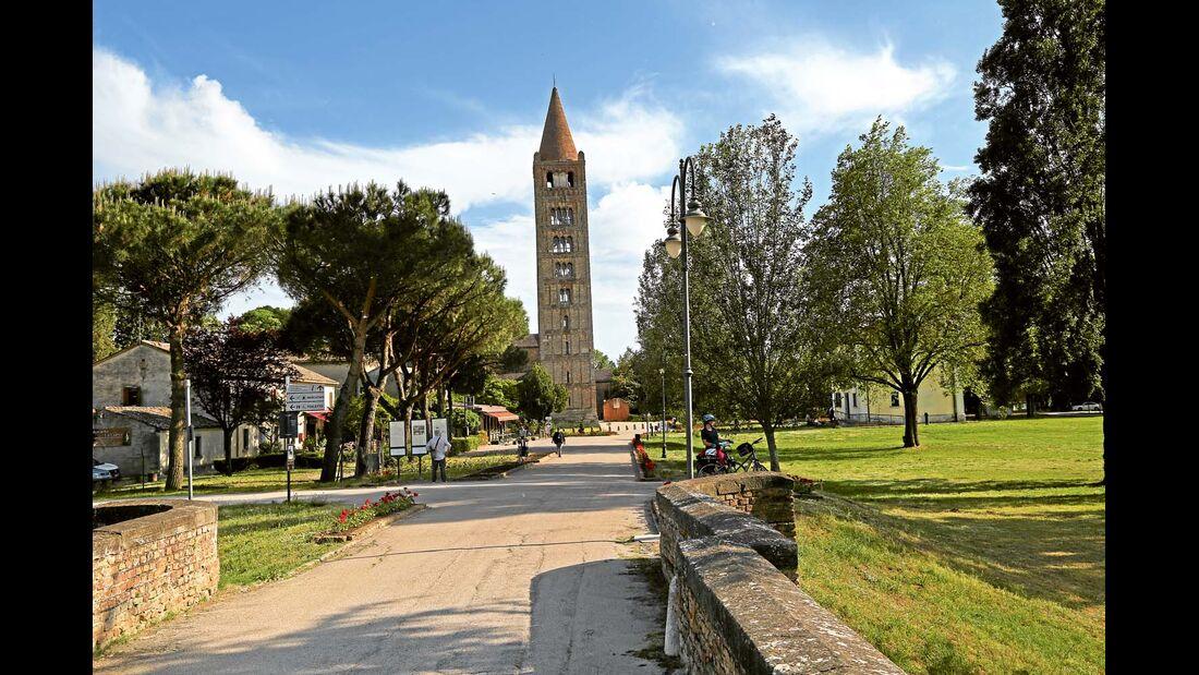 Glockenturm der ehemaligen Benediktiner-Abtei von Pomposa im Po-Delta