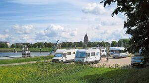 Gorinchem: Die 16 Stellplätze liegen unmittelbar am Yachthafen.