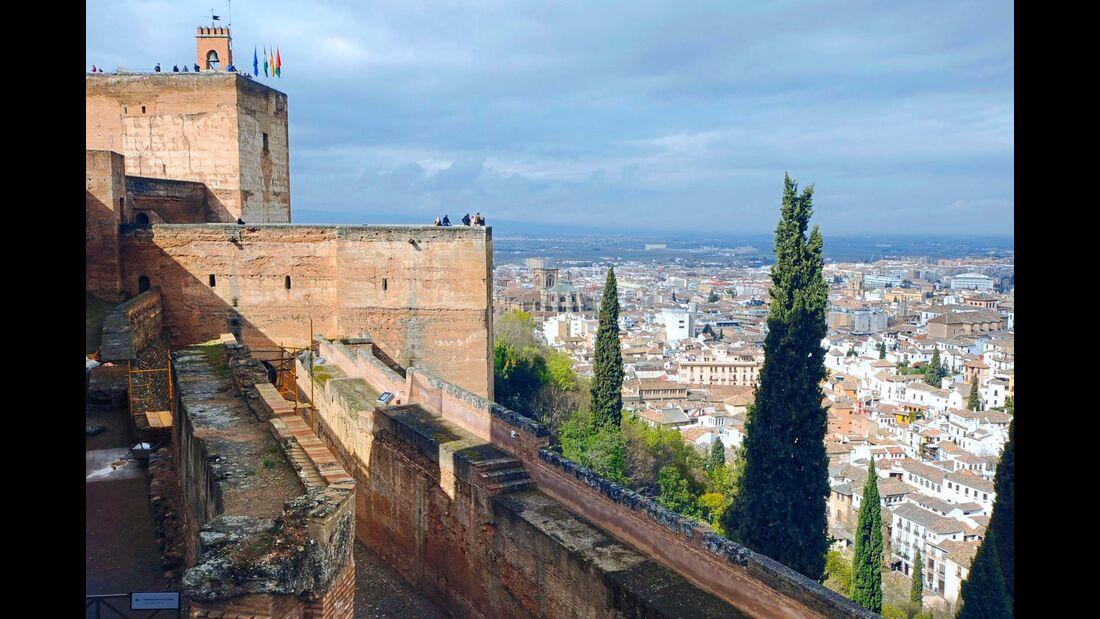 Granada: Die berühmte Festung Alhambra und auch die schöne Altstadt sind gerade im Winter einen Tages ausflug wert.