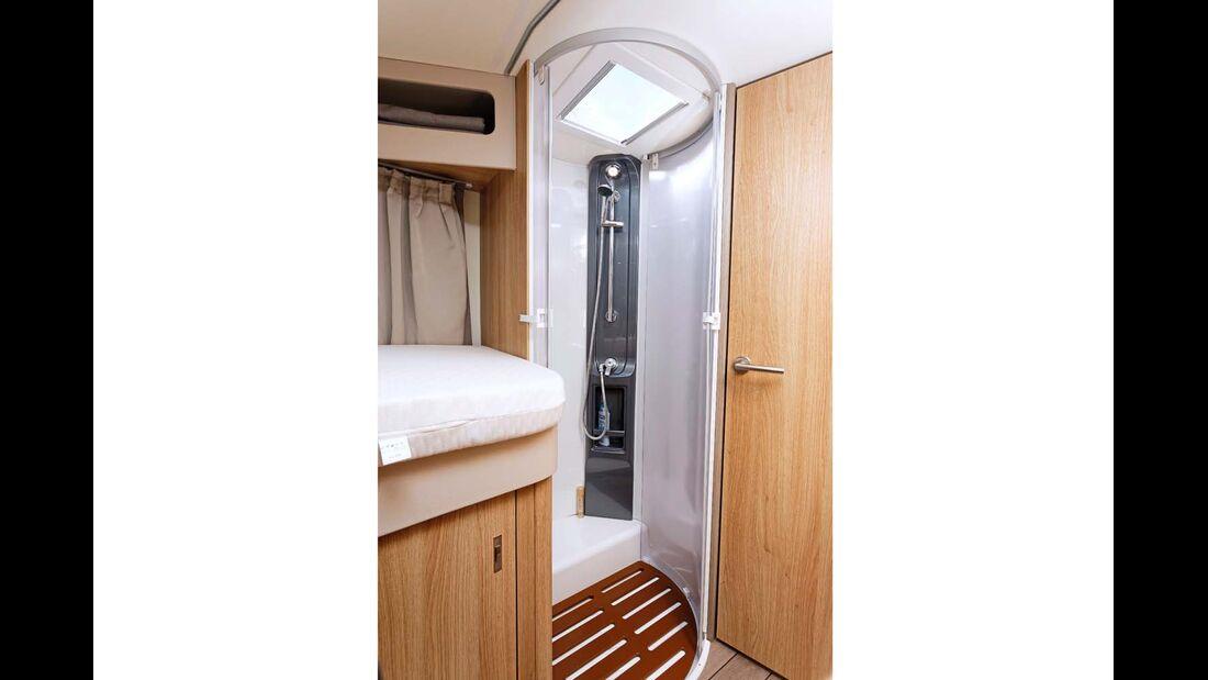 Große Dusche. Das optionale Heki ist zwecks Luft und Stehhöhe unbedingt zu empfehlen.