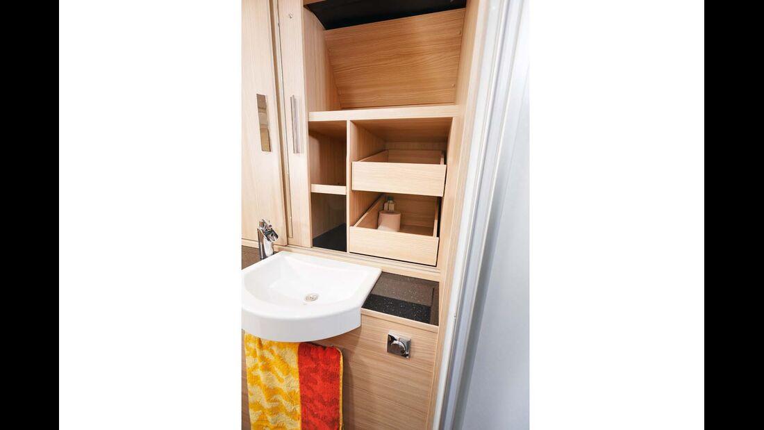 Große Kleider- und Regalschränke vom Bad zugänglich.