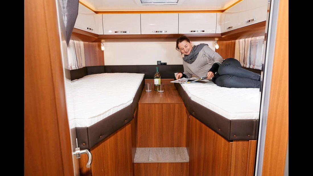 Große holzfarbene Ablage zwischen den Betten wirkt etwas karg und ungemütlich im Hobby Optima