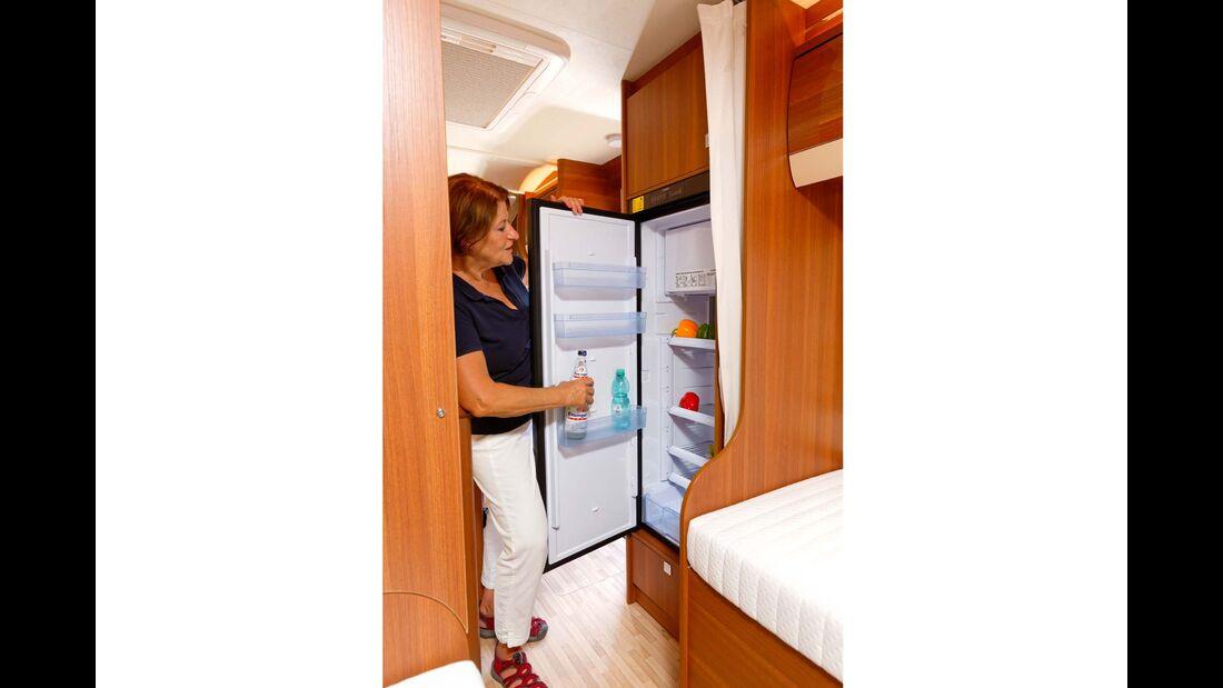 Großer Kühlschrank in sehr angenehmer Einbauhöhe. Als Extra gibt's noch einen Backofen.