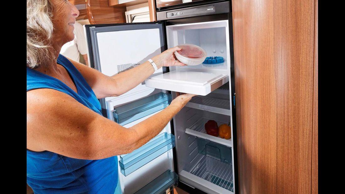 Großer Kühlschrank mit zum Mobiliar passender Verkleidung.