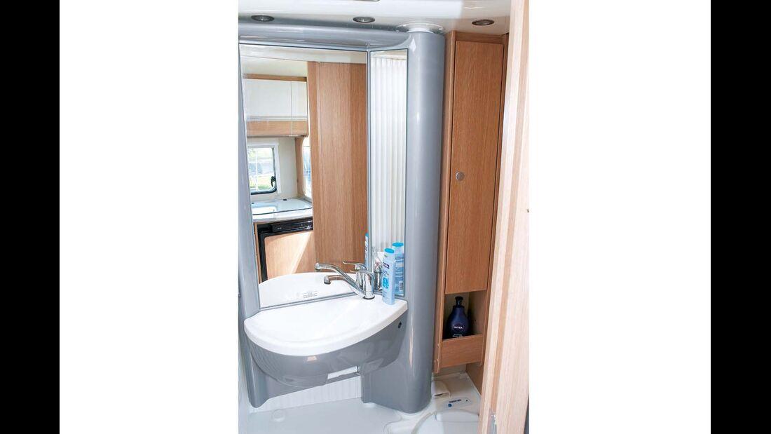 Großer Spiegel im Bad verschmutzt leicht durch Spritzwasser im Sunlight T 60
