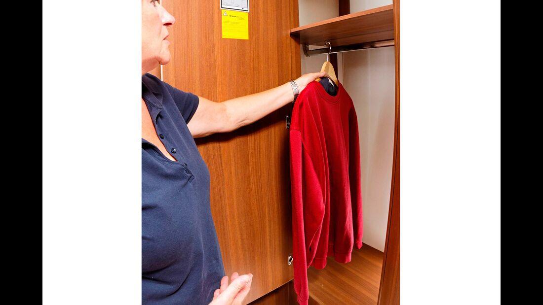 Großer, unterteilter Kleiderschrank  in bequem erreichbarer Höhe.