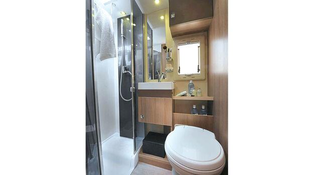 Großes Bad in der Mitte des Raums beim Chausson C 714