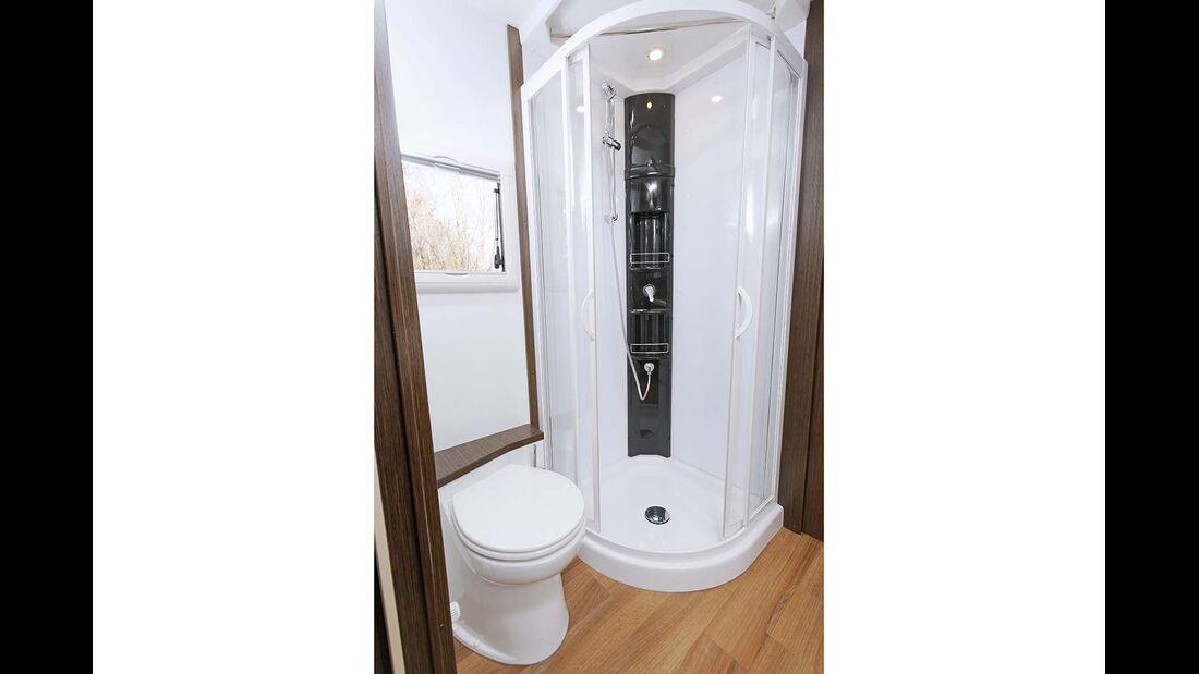 Großzügige Duschkabine, aber offene Toilette.