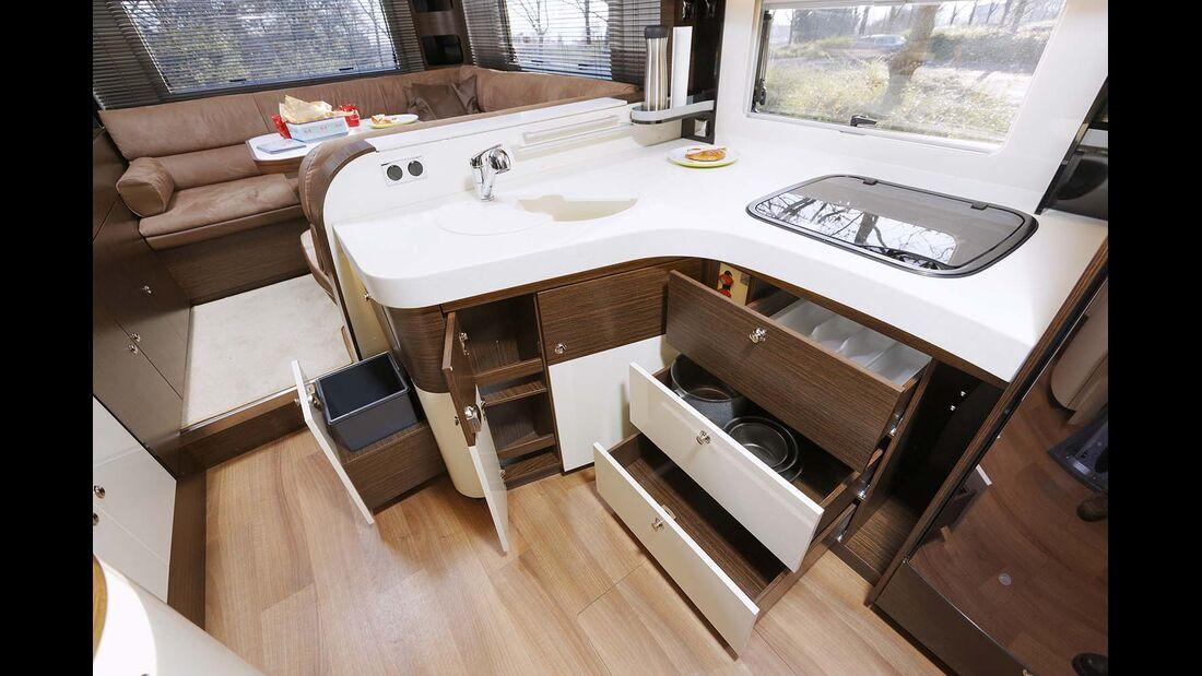 Großzügige, gut ausgestattete Küche mit viel Stauraum, Arbeitsfläche und Bewegungsfreiheit.