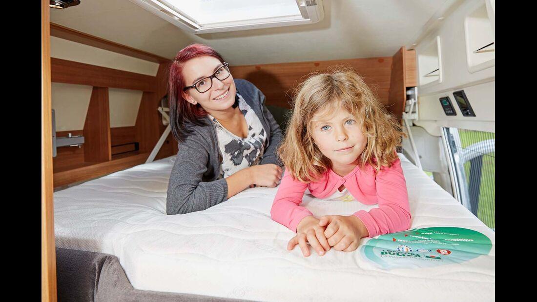 Gut ausgestattetes Hubbett mit etwas knappen Abmessungen im Dreamer Family Van