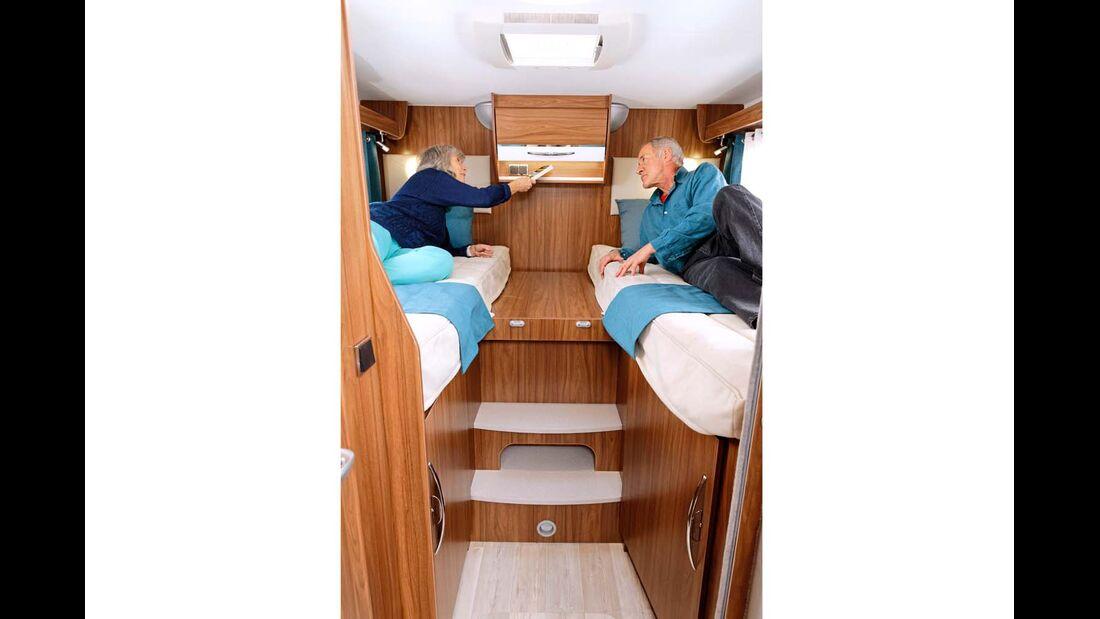 Gut zugängliche Einzelbetten mit wenigen Hängeschränken zugunsten der Kopffreiheit.