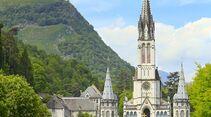 Heiliger Bezirk – dominiert von der Basilika Supérieure mit ihrem 70 Meter hohen Hauptturm.
