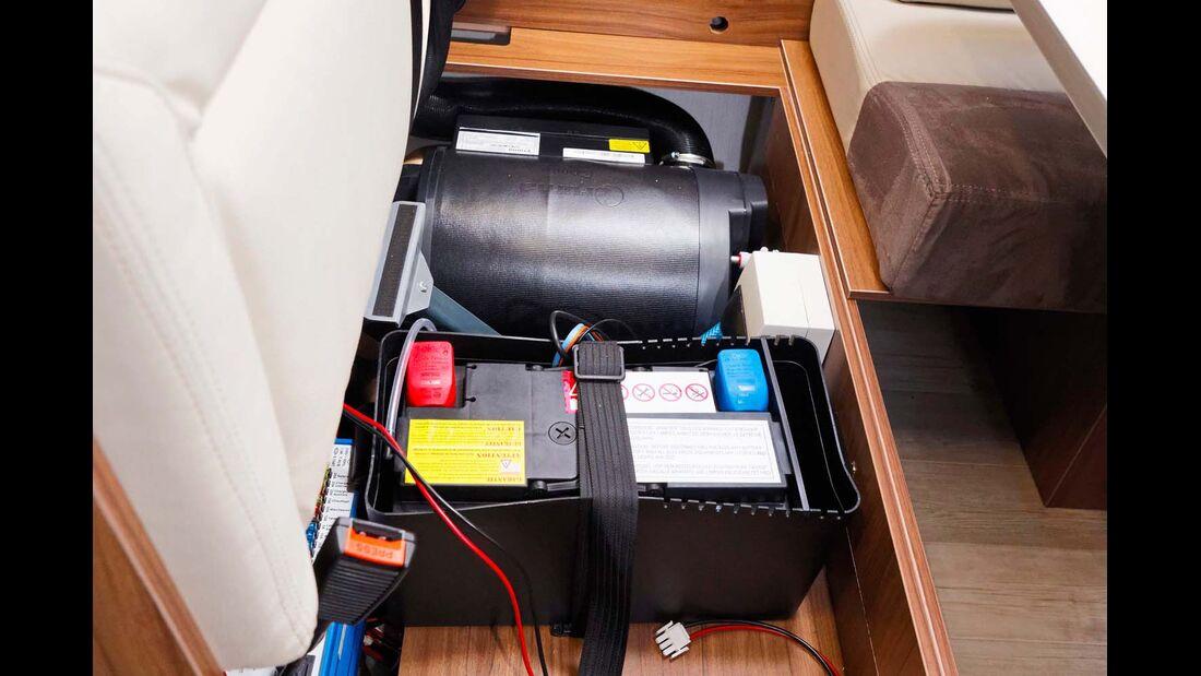 Heizung, Batterie und Ladegerät sind kompakt und gut zugänglich in der Querbank installiert.
