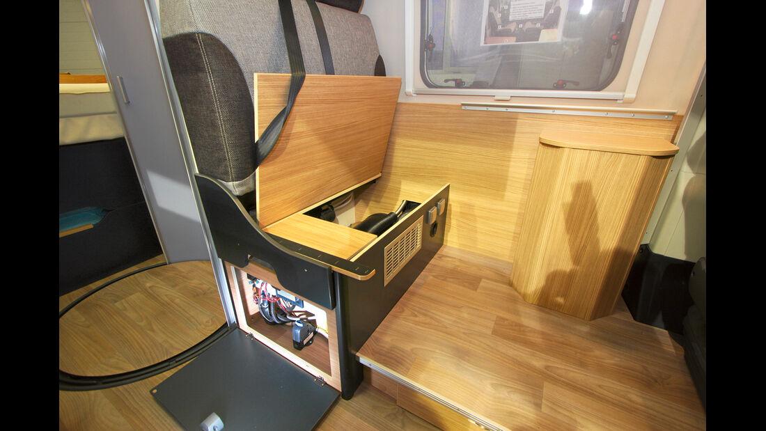 Heizung und Elektrik in einer Truhe beim Knaus Box-Life