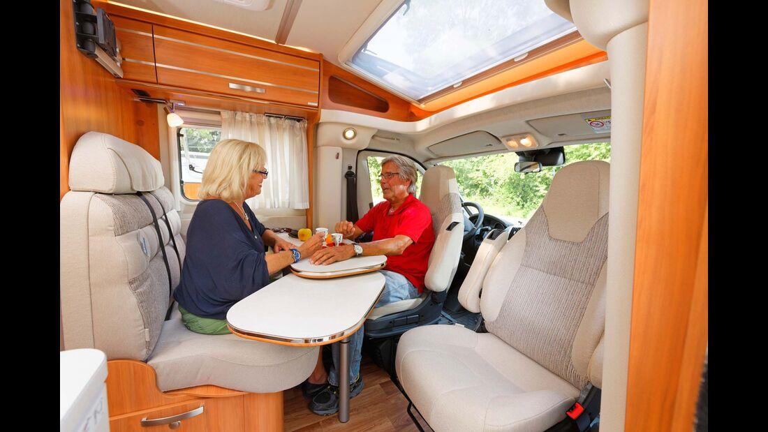 Helle Polster- und Möbeldekors sowie das große Dachfenster sorgen für eine luftig-frische Atmosphäre.