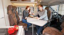 Heller und einladender Innenraum, schicke Möbel und tolle Sitze.