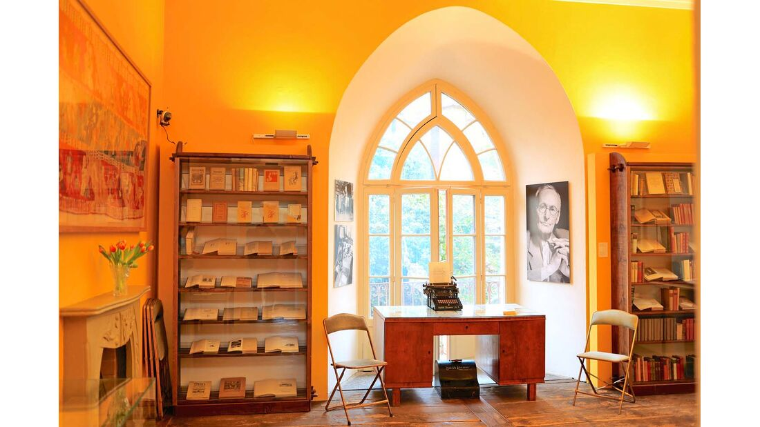 Hesses Schreibtisch, museal in Szene gesetzt.