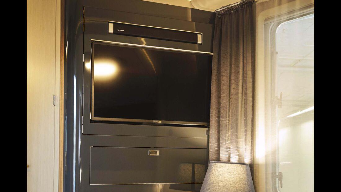 Hifi-Wand im Schlafzimmer mit schwenkbarem Bildschirm.