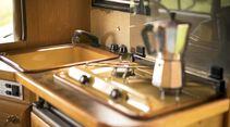 Hinter dem klassischen Stil der 80er verbirgt sich eine funktionale Küche mit Kühlschrank darunter