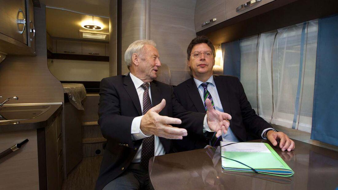 Hobby-Chef Harald Striewski und der schleswig-holstenische Wirtschaftsminister Reinhard Meyer