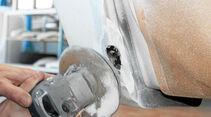 Hobbyschrauber koennen die Schadstelle mit einem Winkelschleifer v-förmig freilegen.