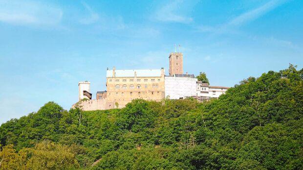 Hoch über Eisenach ragt die Wartburg als symbolischer Mittelpunkt Deutschlands empor.