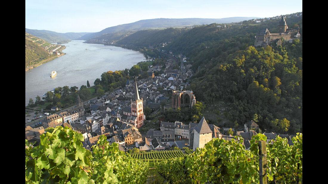 Hoch ueber dem Staedtchen thront mit der Burg Stahleck.