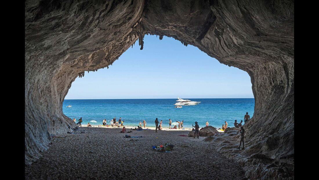 Höhle am Strand Cala di Luna
